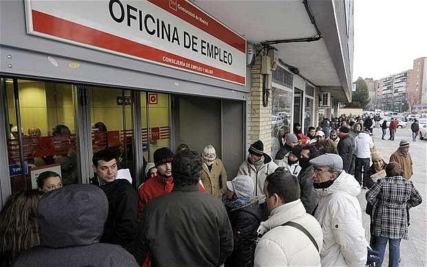 Fila di disoccupati davanti ad un ufficio di collocamento in Spagna (Fonte: The Telegraph)
